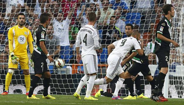 El delantero francés del Real Madrid Karim Benzema (2º dcha.) celebra el primer gol marcado al Córdoba,