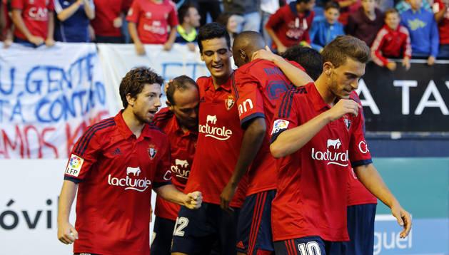 Los jugadores de Osasuna celebran un gol