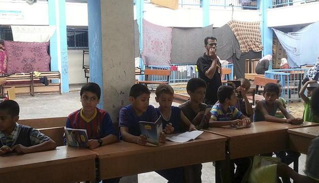 Varios niños en una de las escuelas de la ONU convertidas en refugios antiaéreos.