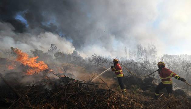Un incendio es atajado por los bomberos.