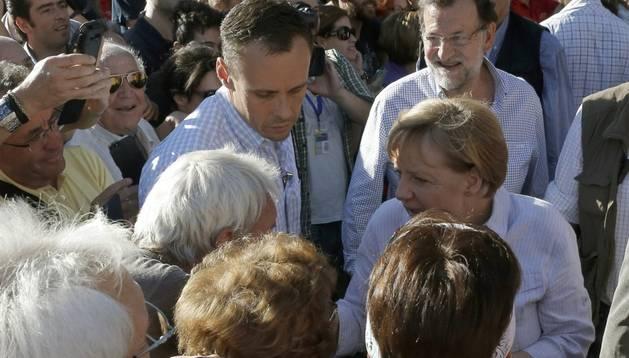 La canciller alemana rodeada de gente en Santiago.