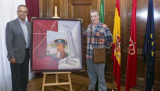 el artista navarro posa junto con su obra donada