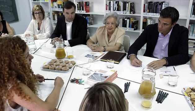 Pedro Sánchez, en un centro de mujeres maltratadas