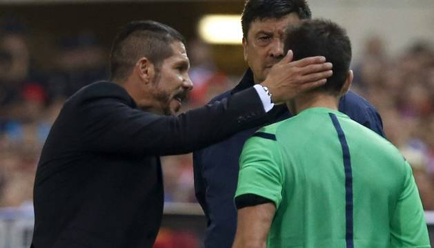 Simeone, increpando al cuarto árbitro en la Supercopa