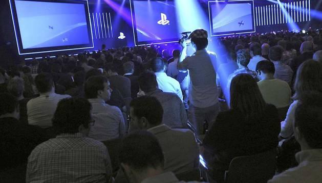 Asistentes a la presentación de un videojuego