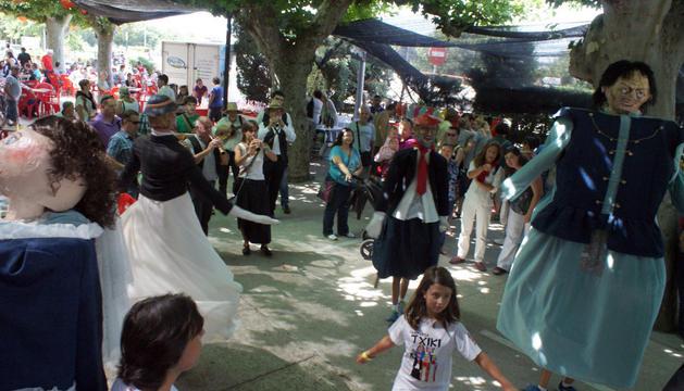 Niños y mayores contemplan los bailes de los gigantes al son de los gaiteros en la primera edición del Día del Queiles.