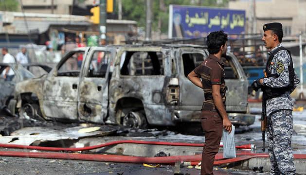 El coche bomba causó importantes daños en los coches y edificio cercanos