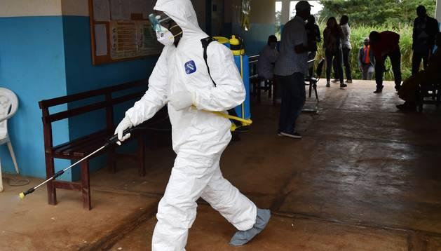 El ébola resurge también en el centro de África.