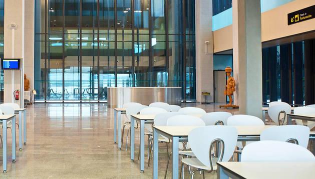 Las mesas de la cafetería, en la terminal del aeropuerto navarro