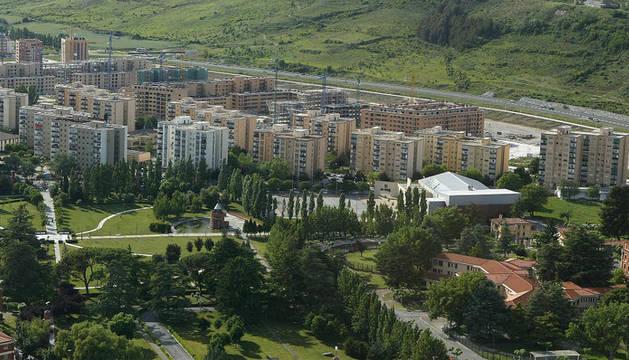 Vista del parque del Mundo y los bloques residenciales de Orvina al fondo.