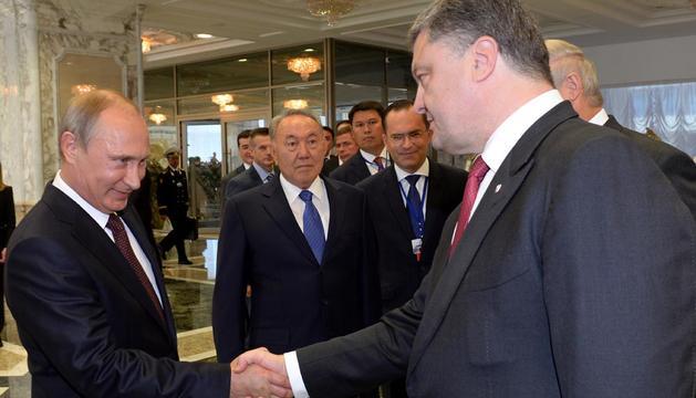 Los presidentes de Rusia y Ucrania se saludan en la cumbre de Minsk