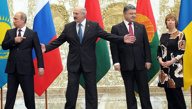 De izda. a dcha., el presidente ruso, Vladímir Putin, el presidente bielorruso Alexander Lukashenko, el presidente ucraniano, Petró Poroshenk, y la jefa de la diplomacia europea, Catherine Ashton
