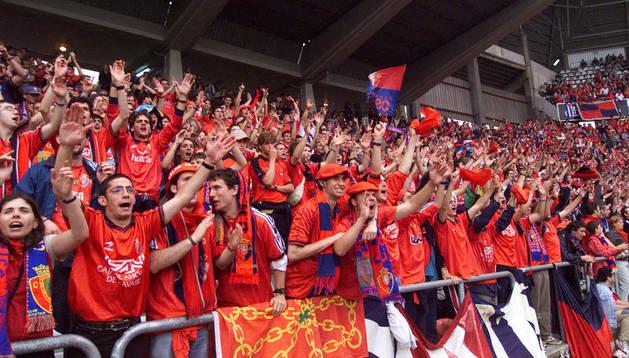 Aficionados de Osasuna, en el desplazamiento a Gijón del 2000, año del ascenso