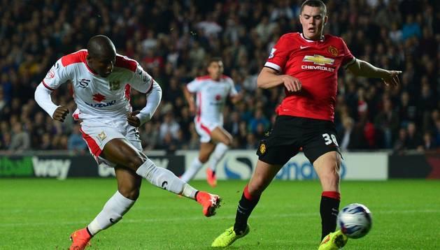 Benik Afobe marca un gol contra el Manchester