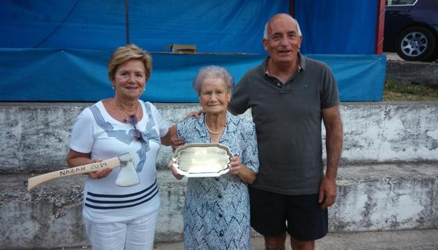 En el centro, Celestina Zudaire, de 96 años, después del homenaje.