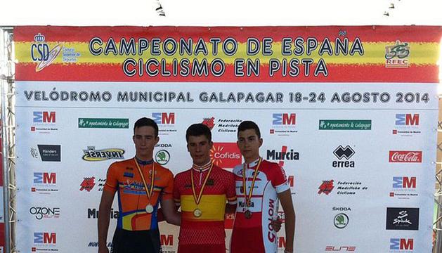 David Orgambide, en el centro, con la medalla de oro que le acredita como campeón de España.