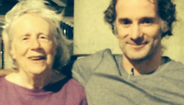 Curtis se reencontró con su madre en el aeropuerto de Boston (EE UU)