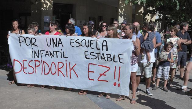 Educadoras y algunas familias se concentraron ayer frente al Ayuntamiento de Huarte.