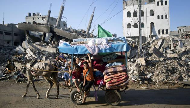 Una familia palestina vuelve a Gaza con sus escasa pertenencias.