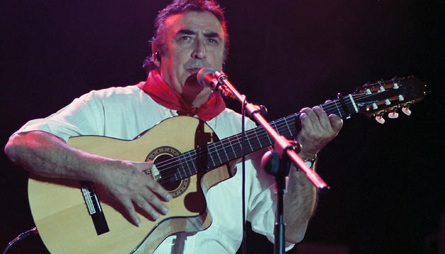 Peret, en un concierto en Pamplona durante los Sanfermines de 2001