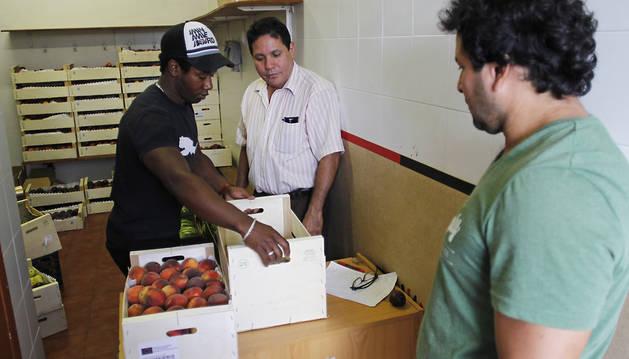 Reparto de fruta de los excedentes, este martes, en la asociación de nicaragüenses en Navarra