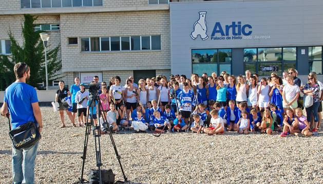 Jugadores de patinaje y de hockey y sus familias  en una foto para poner en evidencia su situación sin la pista de patinaje