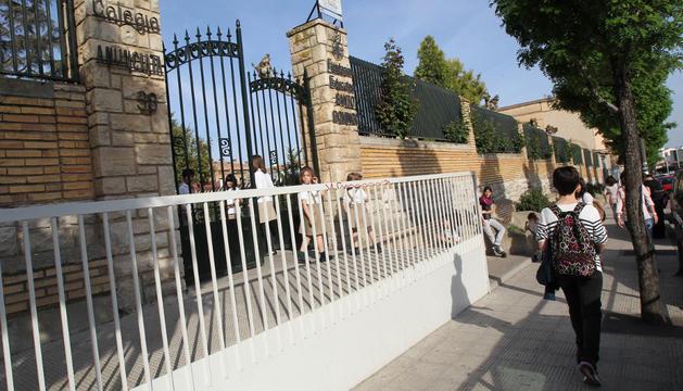 Una imagen de la fachada del colegio Anunciata con alumnos saliendo del centro el curso pasado.