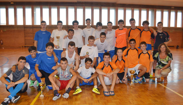 Los tres primeros clasificados en el torneo de fútbol sala de Mendavia en el pabellón municipal.