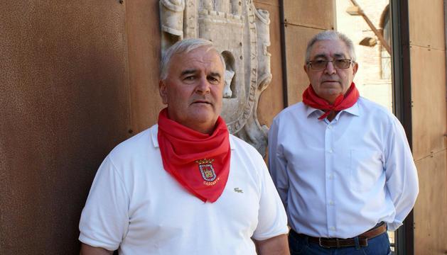 De izda. a dcha., Juan José Caballero Álava, edil de Cultura y Festejos, y José Gómara Ruiz, alcalde de Cascante, ambos del PSN.