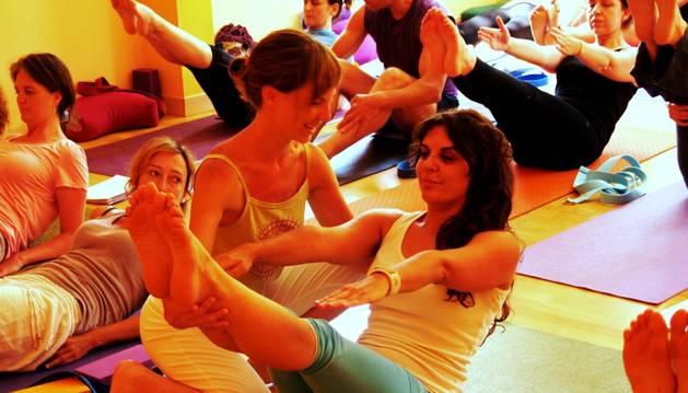 Practicando yoga en la escuela con sede en Ujué