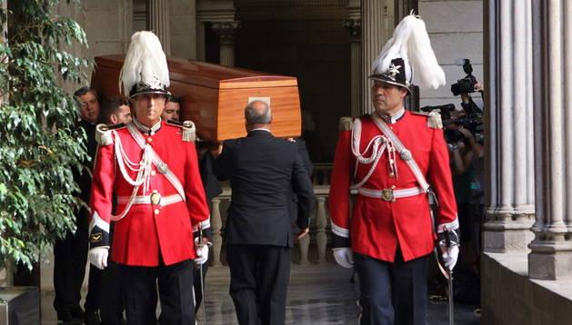 Agentes de la Guardia Urbana de Barcelona vestidos de gala custodian la entrada de los restos mortales de Peret al Ayuntamiento de Barcelona