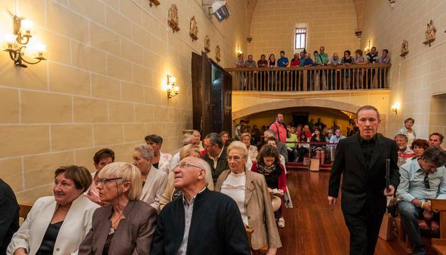 José Javier Lizarraga en el momento de la  presentación de su libro sobre la historia de Tirapu.
