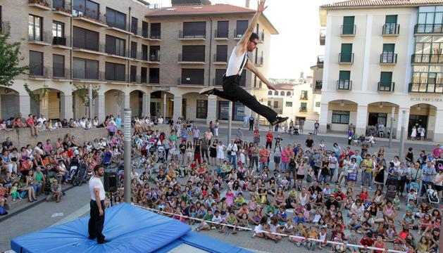 ¡VOLANDO! La compañía Bot Projetc ejecutó su espectáculo de saltos y acrobacias en la plaza de la Constitución ante la atenta mirada de los espectadores.