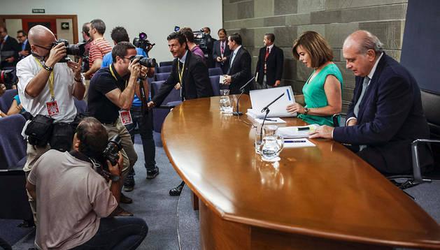 La vicepresidenta del Gobierno, Soraya Sáenz de Santamaría, y el ministro del Interior, Jorge Fernández Díaz, durante una rueda de prensa