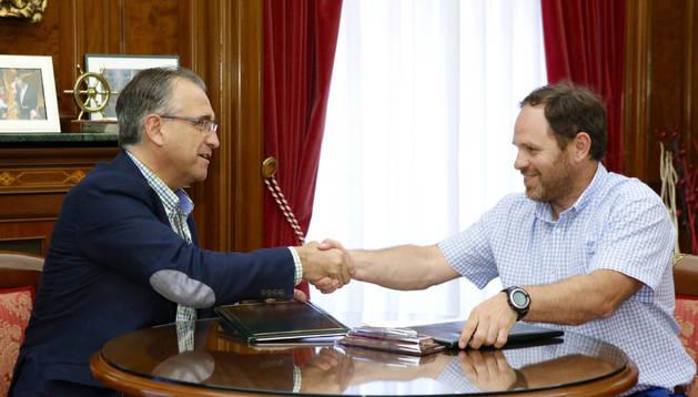 Firma del convenio entre el Ayuntamiento de Pamplona y Cruz Roja Pamplona.