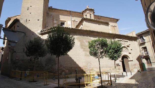 Una imagen del estado actual de la antigua iglesia de San Nicolás con vallas de protección ante su fachada.