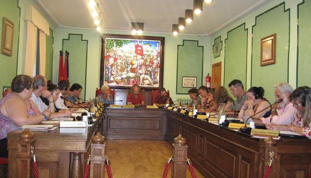 Sobre la puerta, al fondo a la derecha, la foto de los Reyes.