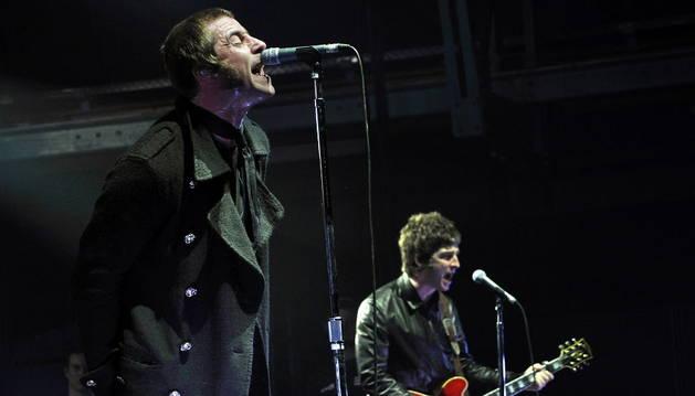 Nöel y Laim Gallagher, durante una actuación de Oasis.