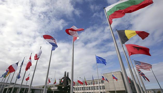 Las banderas de los países miembros de la OTAN ondean en su sede de Bruselas