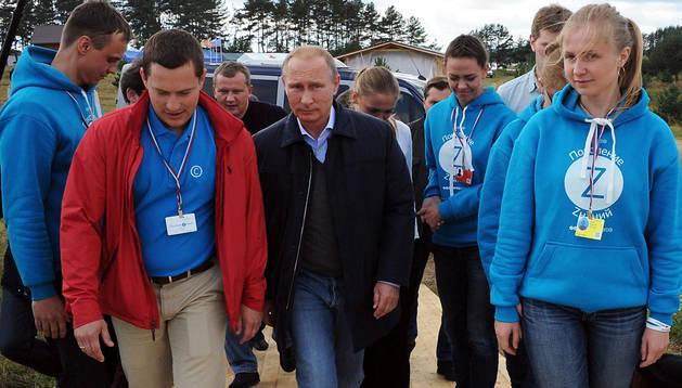 El presidente ruso, Vladímir Putin (centro), camina junto a un grupo de jóvenes antes del Foro Nacional de la Juventud 2014 en Tver (Rusia)