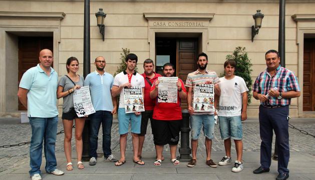A la derecha, Domingo Gil, edil de Juventud, junto a representantes de las seis peñas organizadoras.