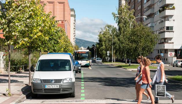 Vista de la avenida del Valle  con las zonas de aparcamiento ya pintadas de verde.