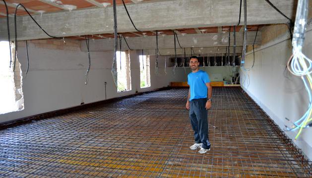 Jon Mikel Esparza en lo que será el nuevo espacio multiusos del polideportivo municipal