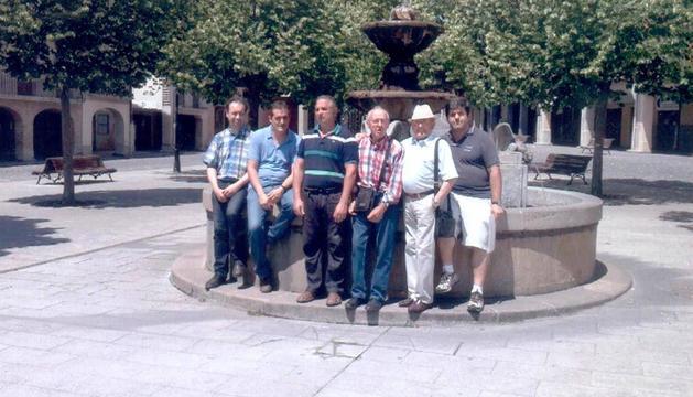 Los miembros de la asociación, en la fuente de la plaza de Santiago de Estella.