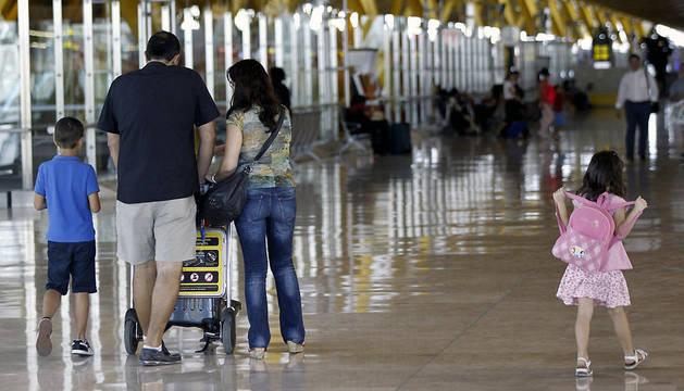 Varios viajeros, este viernes en el aeropuerto Adolfo Suárez Madrid-Barajas