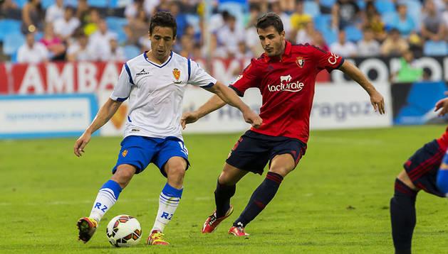 Jon Echaide lucha por la pelota contra el Zaragoza