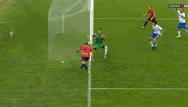 Momento en el que Miguel Flaño golpea la pelota sobre la línea de fondo