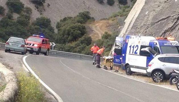 Agentes de la Policía Foral ayudan al herido junto a la ambulancia que lo trasladó a Pamplona