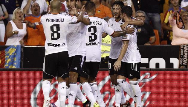 El centrocampista del Valencia CF, Daniel Parejo (2d), celebra su gol, segundo del equipo