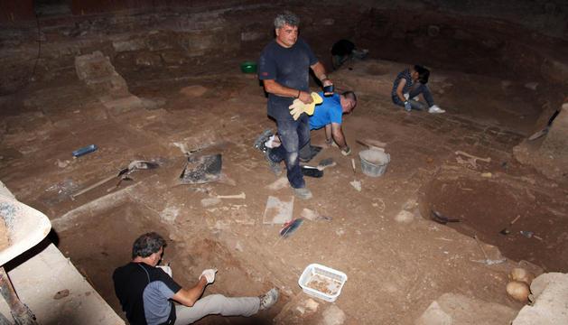 Alumnos excavan en el ábside de San Nicolás, donde han aparecido varios enterramientos.